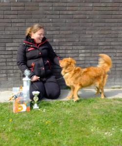 baas en hond kijken naar elkaar